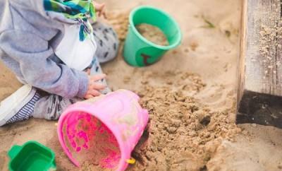 copil plaja nisip