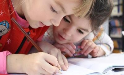 copii scriind